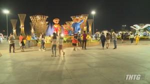 Đèn trang trí và tiểu cảnh tại Quảng trường Trung tâm tỉnh Tiền Giang bắt đầu mở cửa phục vụ nhu cầu vui Xuân, đón Tết