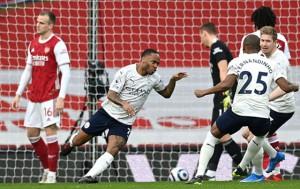 Man.City tiến gần danh hiệu, Arsenal và Tottenham xa rời tốp 4