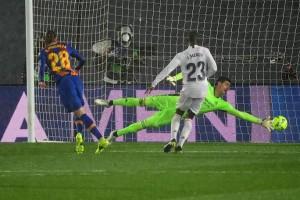 Hạ Barcelona ở siêu kinh điển, Real Madrid soán ngôi đầu La Liga