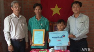 Viettin Bank Chi nhánh Tiền Giang trao nhà Đại đoàn kết cho hộ nghèo huyện Tân Phước