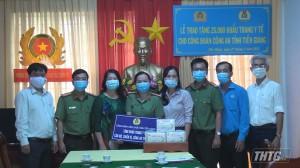 Công đoàn Viên chức tỉnh trao tặng 25.000 khẩu trang y tế cho Công an Tiền Giang