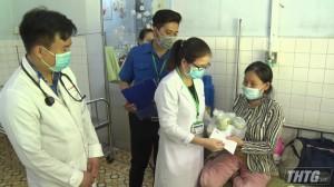 Ông Đoàn Ngọc Hải tặng quà cho thiếu nhi Bệnh viện Cai Lậy