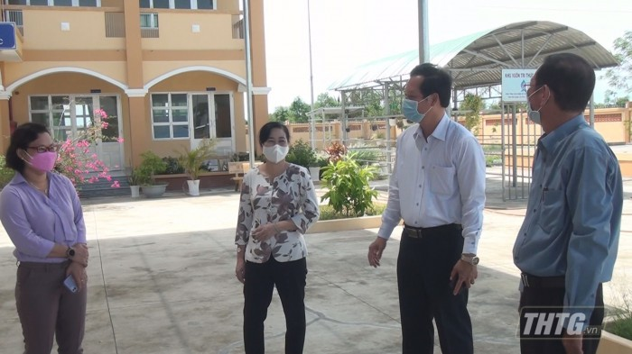 Ba Phuong kiem tra khu cach ly 3