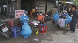 Test nhanh kháng nguyên SARS CoV-2 cho công nhân ở chợ lúa gạo Bà Đắc