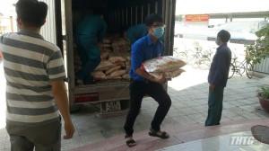 Sacombank và Vietcombank tặng gạo cho người nghèo vùng dịch