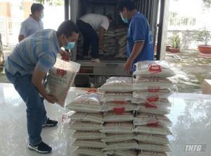 Đài PT-TH Tiền Giang đã tặng gần 500 triệu đồng cho người nghèo và vật tư y tế chống dịch