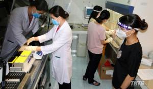 CDC Tiền Giang được chuyển giao kỹ thuật vận hành hệ thống máy xét nghiệm SARS-CoV-2