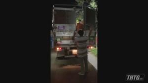 Lực lượng làm nhiệm vụ phát hiện xe tải chở người trốn kiểm soát y tế