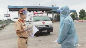 Sử dụng xe cấp cứu chở 07 người không phải bệnh nhân, để qua mắt chốt kiểm dịch