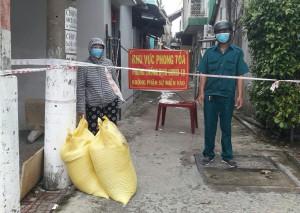 Công ty Cổ phần dược phẩm Tipharco Tiền Giang tặng gạo cho người dân gặp khó khăn trong khu phong tỏa