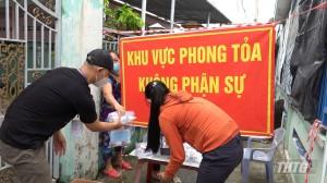 """Nhóm từ thiện """"Bếp ăn nghĩa tình"""" tặng thuốc an sinh cho người dân khu vực phong tỏa"""