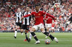Ronaldo phô diễn đẳng cấp, Man United thắng giòn giã lên ngôi đầu