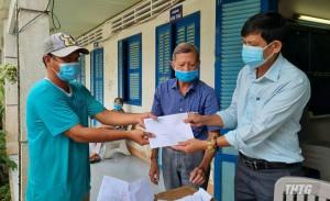 """Chương trình """"Hạt gạo nghĩa tình"""" tặng quà hỗ trợ người dân gặp khó khăn do dịch Covid-19 tại huyện Cái Bè"""