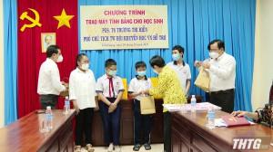Trung ương Hội Khuyến học trao tặng máy tính cho học sinh nghèo tỉnh Tiền Giang