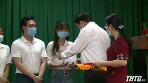 Ủy ban MTTQ tỉnh và Liên đoàn lao động tỉnh Tiền Giang tặng quà cho đội ngũ y tế ở tuyến đầu chống dịch Covid-19